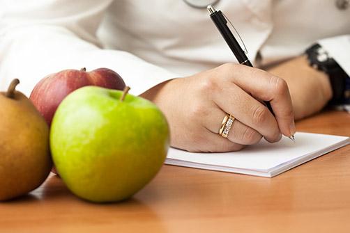 Se préparer à la chirurgie de l'obésité, un médecin prend des notes