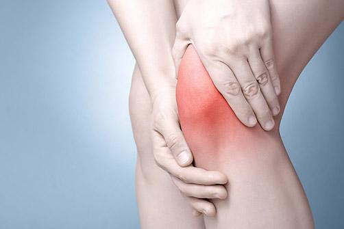 l'une des comorbidités qui est l'arthrose et ici une femme qui a mal au genou