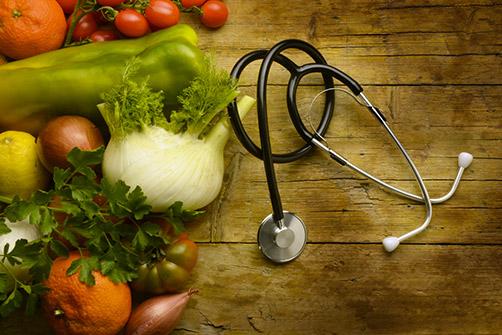 la compliance aux soins, un stéthoscope, et des légumes