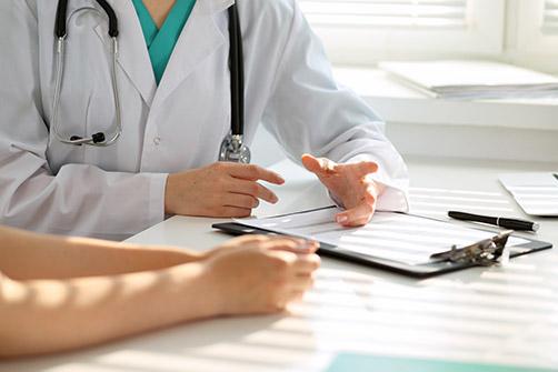 obesite severe, ici un medecin discute avec un patient