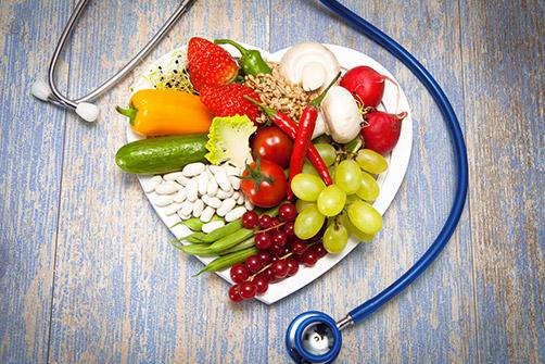 obésité sévère, un plat de légumes et un stéthoscope