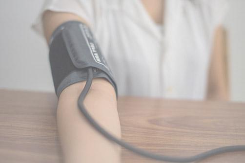 suivi post opératoire, ici un patient prend sa tension