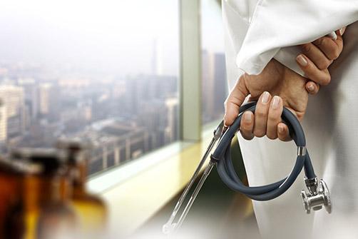 types d'obésité, ici un médecin tient un stéthoscope