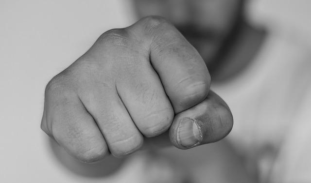 poing tendu caractérise l'intention de l'effort et de la performance liée aux règles à respecter